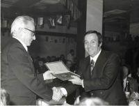 dicembre-1974---Il-Prof.-Lanfranco-Cicconi-consegna-a-Giuseppe-Iluminati-encomio-CONI